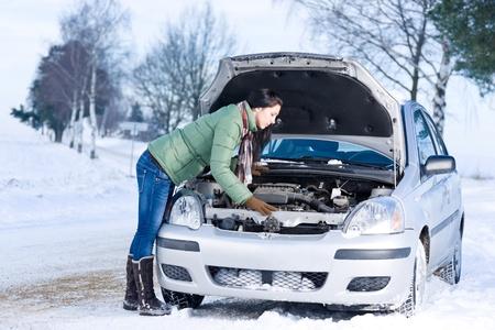 in trouble: Desglose de coche de invierno - mujer tratar de reparar el motor