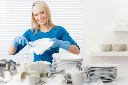 lavare piatti: Cucina moderna - donna felice lavaggio piatti, lavoro domestico