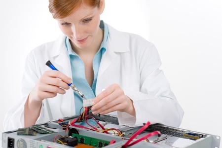 solucion de problemas: Ingeniero de soporte femenina de equipo - defecto de reparaci�n de mujer de TI Foto de archivo