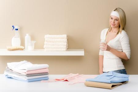 Wäsche Bügeln - Frau Bruch mit Getränk nach Hausarbeit