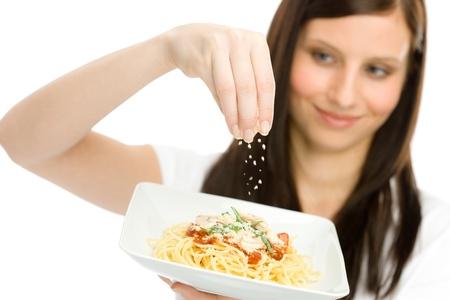 queso rallado: Comida italiana - mujer sana mantenga espaguetis con salsa de queso rallado