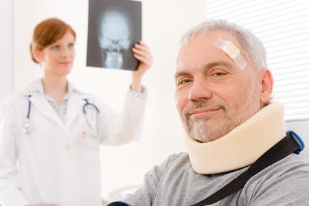 cuello: Consultorio - senior m�dico femenina paciente examinar rayos x Foto de archivo