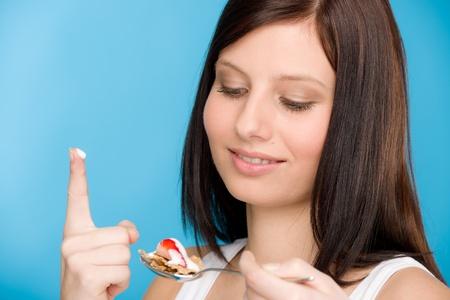 Gesunden Lebensstil - Porträt von Frau Essen Getreide Joghurt mit Löffel