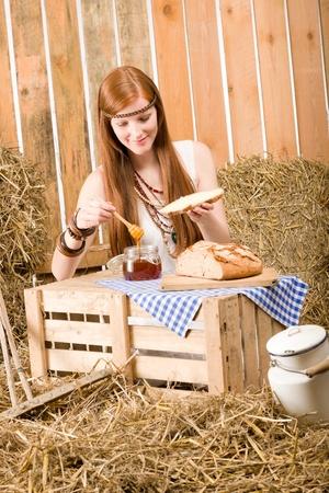 mujer hippie: Mujer de hippie joven pelirroja desayunar de heno en el granero