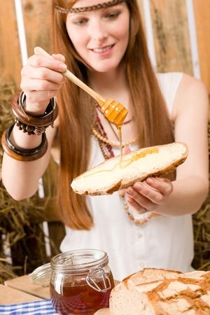 mujer hippie: Mujer joven de pelo rojo de hippie desayunar org�nicos en estilo de pa�s Foto de archivo