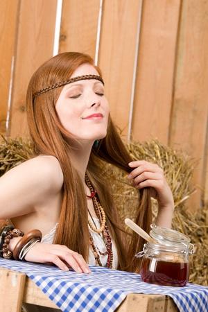 mujer hippie: Mujer joven de pelo rojo de hippie tomar desayuno org�nica en granero