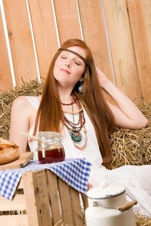 mujer hippie: Desayuno org�nicos de mujer de hippie de joven pelirroja en estilo de pa�s