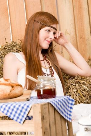 mujer hippie: Mujer de hippie de joven pelirroja desayunar org�nicos en estilo de pa�s