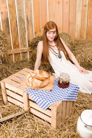 mujer hippie: Desayuno de mujer de pelo rojo joven hippie de heno en estilo de pa�s granero Foto de archivo
