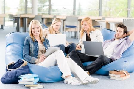 estudiantes universitarios: Grupo de j�venes estudiantes de colegio o Universidad de aprendizaje y relajante