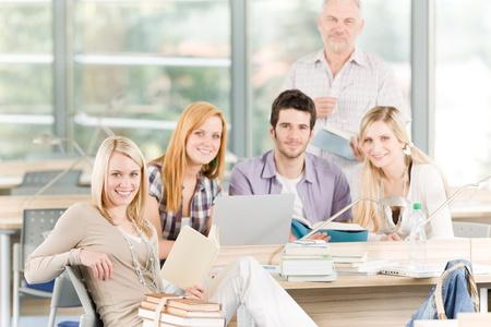 estudiantes de secundaria: Grupo de estudio j�venes de secundaria o la Universidad con el profesor maduro