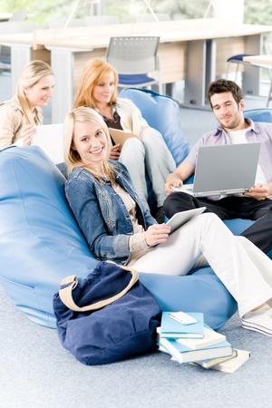 grupo de hombres: Grupo de j�venes estudiantes de secundaria o la Universidad de aprendizaje y relajante