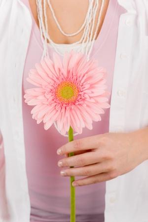 f�minit�: Fleur rose daisy de Gerbera tenir par la f�minit� innocence de femme