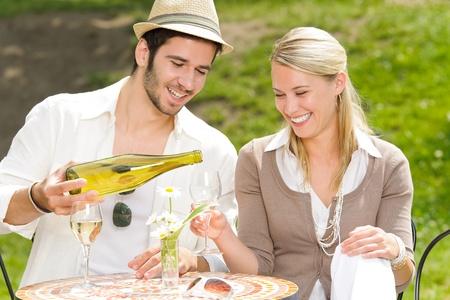 restaurante italiano: Pareja elegante de la terraza de restaurante italiano celebra bebida d�a de verano vino