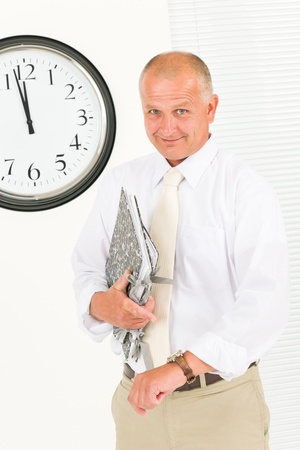punctual: Senior puntual empresario guapo apuntando al retrato de reloj Foto de archivo