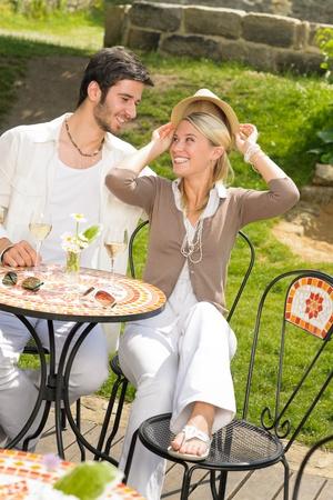 restaurante italiano: Restaurante italiano terraza elegante pareja alegre bebida d�a de verano vino