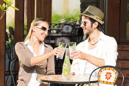 restaurante italiano: Restaurante italiano terraza elegante pareja sentada a beber agua día de verano