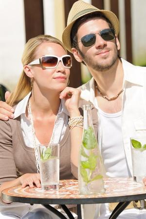 restaurante italiano: Restaurante italiano terraza elegante pareja sentada a beber agua d�a de verano