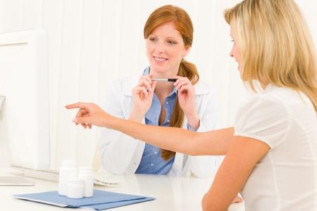 consulta médica: Mujer consulta médica médico mujer paciente punto en la pantalla del ordenador