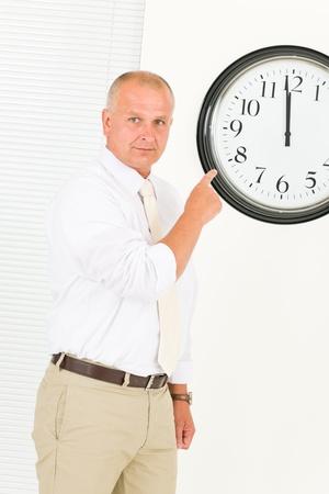 punctual: Puntual empresario guapo altos se�alando el retrato de reloj