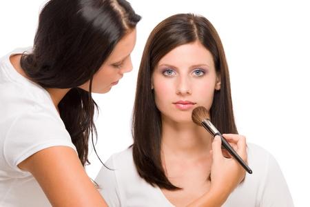 concealer: Make-up artist di moda donna modello applicare cipria rouge pennello Archivio Fotografico
