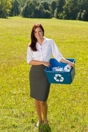 reciclaje de papel: Reciclaje de papel caja empresaria atractiva joven en prado soleado