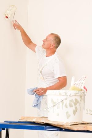 decorando: Decoraci�n del hogar hombre maduro pintar la pared blanca con rodillo