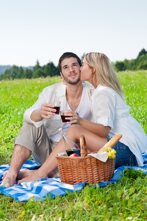 Picnic - romantische gelukkige paar vieren met wijn in de zonnige natuur