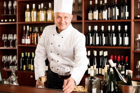Chef cocinero sonriente sirven vaso de barra roja restaurante de vinos Foto de archivo - 11603673