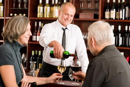 weinverkostung: Weinstube �lteres Paar, das Getr�nk zu genie�en professionelle Barkeeper Glas gie�en