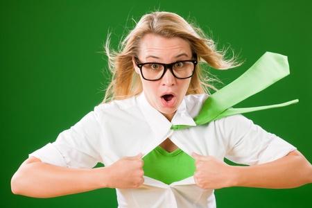 superwoman: La cara verde Empresaria Superhero loco emerge de la camisa Foto de archivo