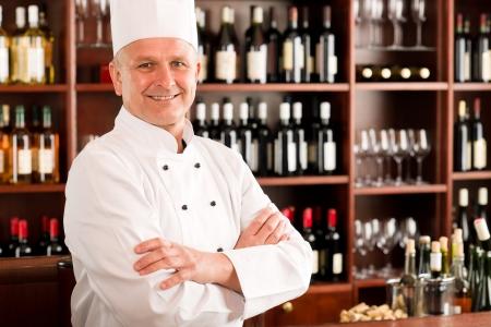 cocineras: Cocinero profesional conf�a posando en brazos de la cruz restaurante Foto de archivo