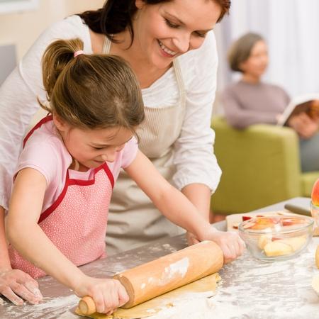 pastel de manzana: Madre e hija haciendo el pastel de manzana, junto receta de la abuela de verificación