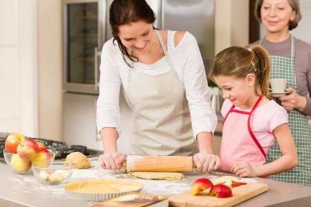 grandmother children: Madre e hija haciendo el pastel de manzana, junto receta de la abuela de verificaci�n