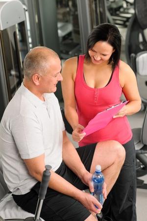 aide à la personne: Centre de fitness plan personnel heureux homme actif avec l'entraîneur Banque d'images
