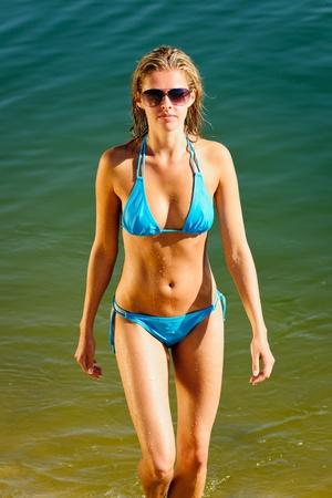 bikini bleu: �t� beau bikini bleu usure femme marchant dans l'eau