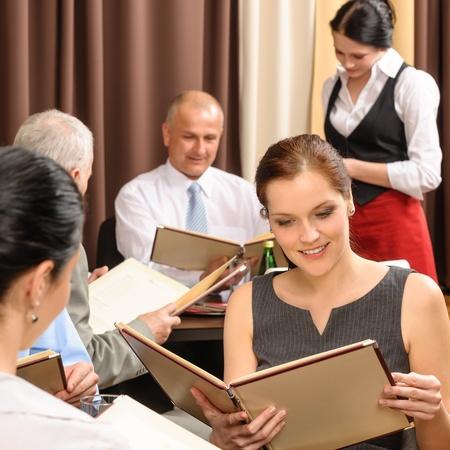 레스토랑에서 메뉴 주문 식사를 찾고 비즈니스 점심 식사 임원 사람들 스톡 콘텐츠