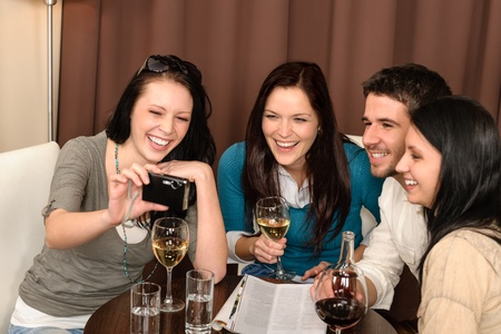 tomando refresco: Alegres los j�venes disfrutar de la bebida despu�s del trabajo en el restaurante Foto de archivo