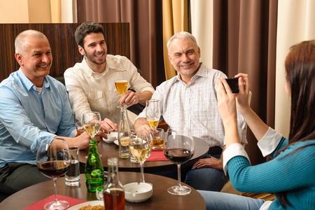 after to work: La gente de negocios que tiene la bebida despu�s de la imagen de trabajo que tendr� de s� mismos
