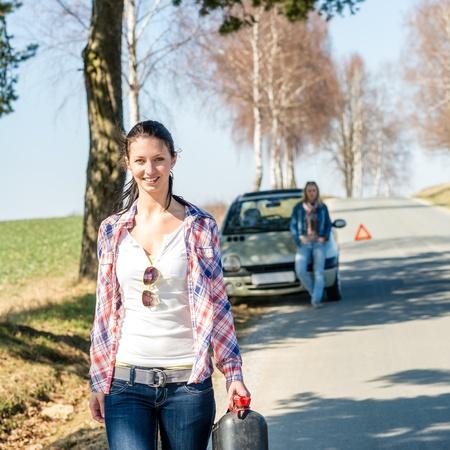 petrol can: Se ha acabado la mujer caminando joven de gas de la gasolina puede Foto de archivo