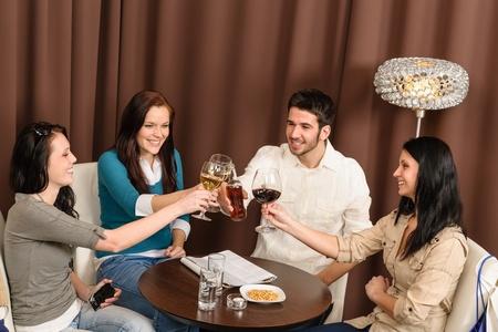 after to work: Beber despu�s de que amigos de trabajo felices brindando en el bar de divertirse Foto de archivo