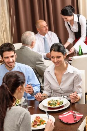 비즈니스 사람들이 레스토랑 관리 토론에서 점심 식사를 즐길 수