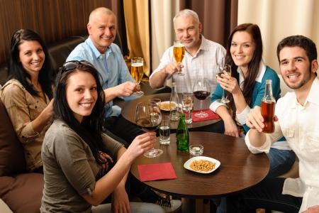 after to work: Beber despu�s de compa�eros de trabajo felices divirti�ndose en restaurante de lujo