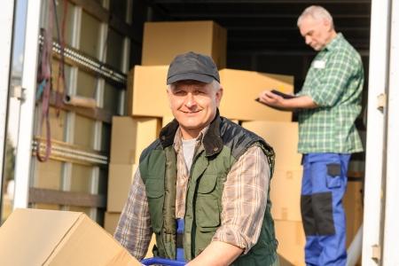 carga: Mujer motor de carga van con el servicio de entrega de cart�n caja de