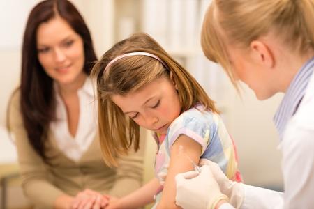 pediatra: Ni�a conseguir la vacunaci�n del pediatra en el consultorio
