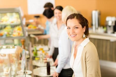 Mujer de negocios, tomar el almuerzo cafetería sonriendo bandeja de equipaje de mano que sirve Foto de archivo