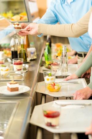 trays: Desserts bij de cafetaria van mensen met een dienblad self service kantine