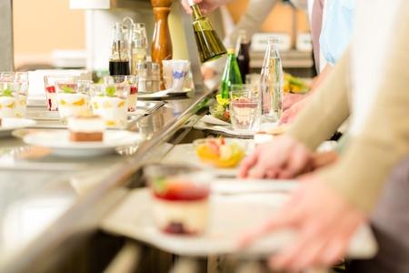 Desserts bei Menschen mit Cafeteria Serviertablett Self-Service-Kantine