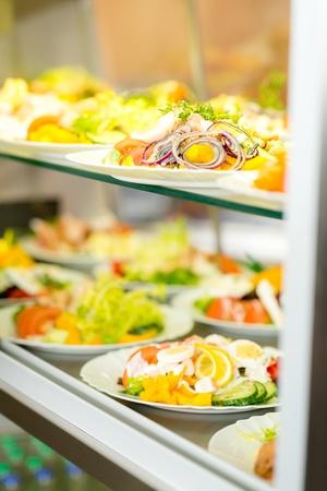 Autoservicio buffet de ensalada fresca saludable selección de visualización de la ventana