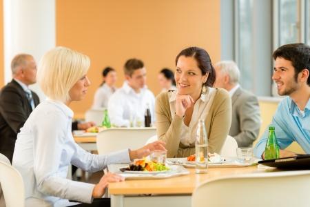 office break: Las personas j�venes Cafeter�a almuerzo de negocios comer ensalada en el comedor de la oficina